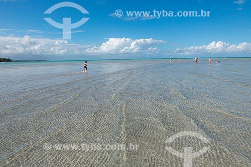 Banhistas na Praia de Xaréu durante a maré baixa  - Maragogi - Alagoas (AL) - Brasil