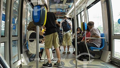 Passageiros fazendo viagem no Veículo Leve Sobre Trilhos (VLT)  - Rio de Janeiro - Rio de Janeiro (RJ) - Brasil