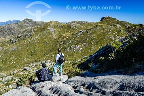 Turistas observando paisagem durante trilha entre o Pico das Agulhas Negras e a Asa de Hermes no Parque Nacional de Itatiaia  - Itatiaia - Rio de Janeiro (RJ) - Brasil