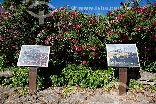 Detalhe de exposição a céu aberto com reproduções de quadros do monte Sainte-Victoire de Paul Cézanne no Terrain des Peintres (Terreno dos pintores)  - Aix-en-Provence - Departamento de Alpes da Alta Provença - França