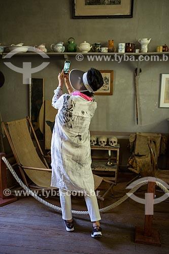 Turista no interior do atelier de Paul Cézanne  - Aix-en-Provence - Departamento de Alpes da Alta Provença - França