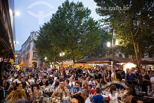 Público em praça da cidade de Arles durante o jogo França x Alemanha - Semininal da Eurocopa 2016  - Arles - Departamento de Bocas do Ródano - França