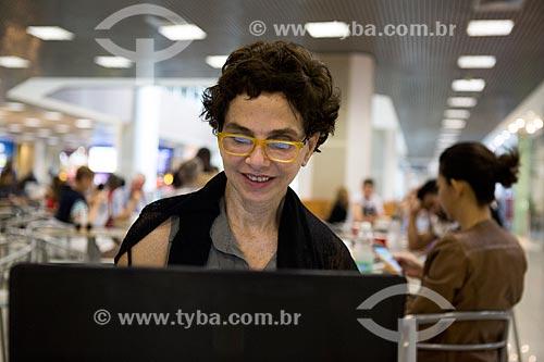 Mulher utilizando laptop na praça de alimentação do Aeroporto Santos Dumont  - Rio de Janeiro - Rio de Janeiro (RJ) - Brasil