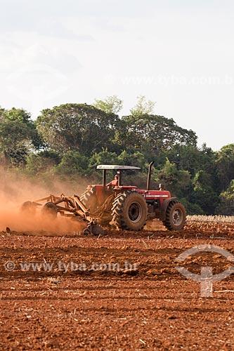 Trator arando o solo para plantação de cana-de-açúcar próximo a cidade de Itaberaí  - Itaberaí - Goiás (GO) - Brasil