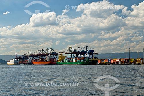 Navios cargueiro no TECON - Terminal de Contêineres de Santos - do Porto de Santos  - Guarujá - São Paulo (SP) - Brasil