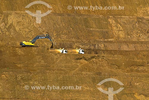 Escavadeira carregando caminhões em mina de fosfato - usado para a produção de fertilizantes  - Araxá - Minas Gerais (MG) - Brasil