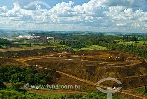Vista geral de mina de fosfato - usado para a produção de fertilizantes  - Araxá - Minas Gerais (MG) - Brasil