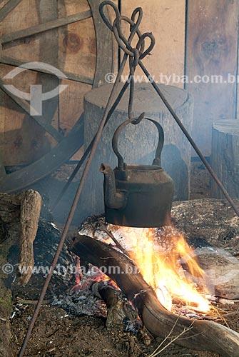 Detalhe de bule em fogueira esquentando a água do chimarrão  - Canela - Rio Grande do Sul (RS) - Brasil