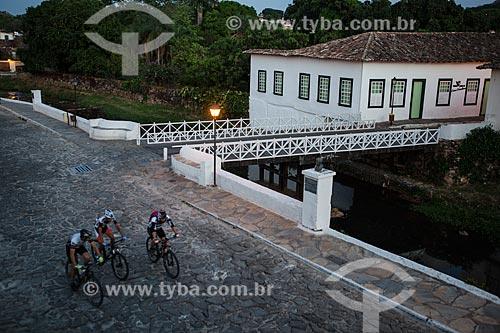 Ciclistas na Avenida Sebastião Fleury Curado com Museu Casa de Cora Coralina - casa em que a escritora Cora Coralina viveu  - Goiás - Goiás (GO) - Brasil