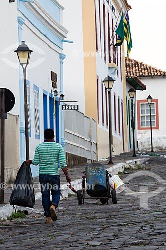 Gari limpando a Rua Moretti Foggia  - Goiás - Goiás (GO) - Brasil