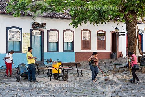 Garis limpando a Rua Moretti Foggia  - Goiás - Goiás (GO) - Brasil