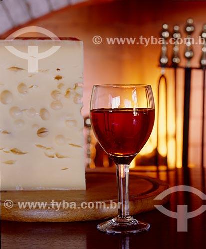 Detalhe de queijo e vinho com lareira ao fundo  - Canela - Rio Grande do Sul (RS) - Brasil