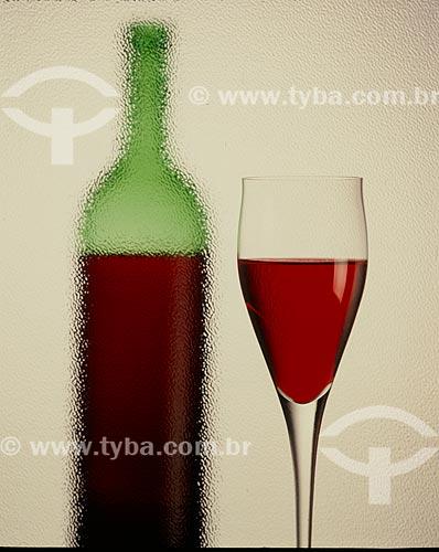 Detalhe de taça e garrafa de vinho  - Porto Alegre - Rio Grande do Sul (RS) - Brasil