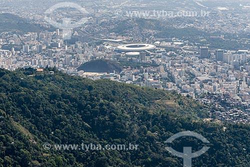 Foto aérea do Parque Nacional da Tijuca com o Estádio Jornalista Mário Filho (1950) - mais conhecido como Maracanã - ao fundo  - Rio de Janeiro - Rio de Janeiro (RJ) - Brasil