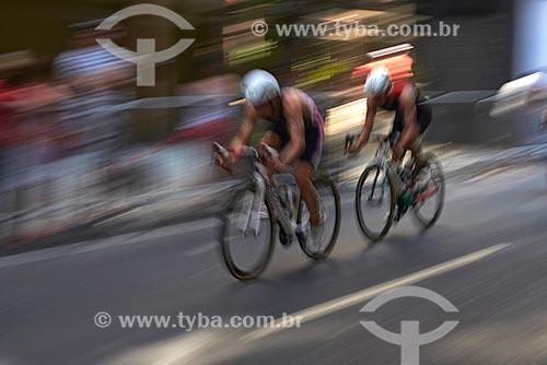 Atletas do triatlo masculino completam circuito de bicicleta na rua Miguel Lemos  - Rio de Janeiro - Rio de Janeiro (RJ) - Brasil