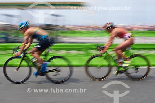 Atletas do triatlo feminino completam circuito de bicicleta na Avenida Atlântica  - Rio de Janeiro - Rio de Janeiro (RJ) - Brasil