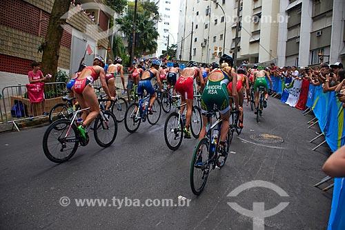 Atletas do triatlo feminino completam circuito de bicicleta na Rua Gastão Bahiana  - Rio de Janeiro - Rio de Janeiro (RJ) - Brasil