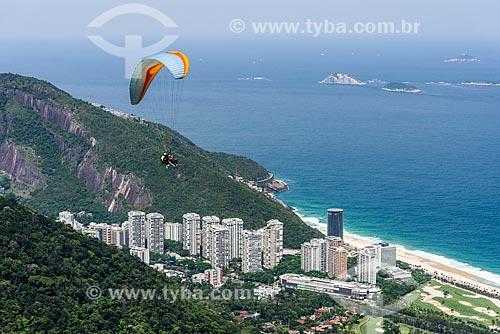 Decolagem de parapente da rampa da Pedra Bonita/Pepino com o Monumento Natural das Ilhas Cagarras ao fundo  - Rio de Janeiro - Rio de Janeiro (RJ) - Brasil