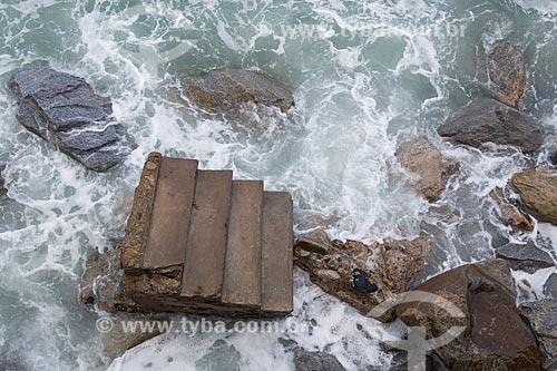 Escada do calçadão da Praia do Arpoador durante ressaca  - Rio de Janeiro - Rio de Janeiro (RJ) - Brasil