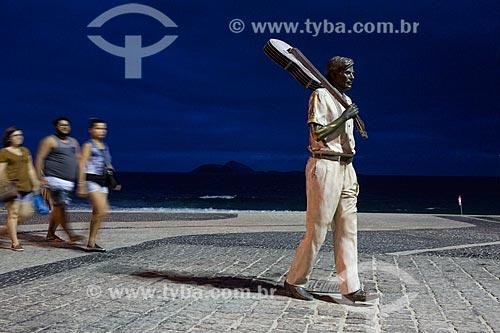 Pedestres no calçadão da Praia do Arpoador com a estátua do maestro Tom Jobim  - Rio de Janeiro - Rio de Janeiro (RJ) - Brasil