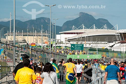 Público caminhando para o Parque Olímpico Rio 2016 - antigo Autódromo Internacional Nelson Piquet - Autódromo de Jacarepaguá  - Rio de Janeiro - Rio de Janeiro (RJ) - Brasil