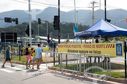 Faixa de aviso com os dizeres: atenção pedestre perigo de morte atravesse sempre na faixa - para Campanha de Conscientização no Transito na Avenida Embaixador Abelardo Bueno  - Rio de Janeiro - Rio de Janeiro (RJ) - Brasil