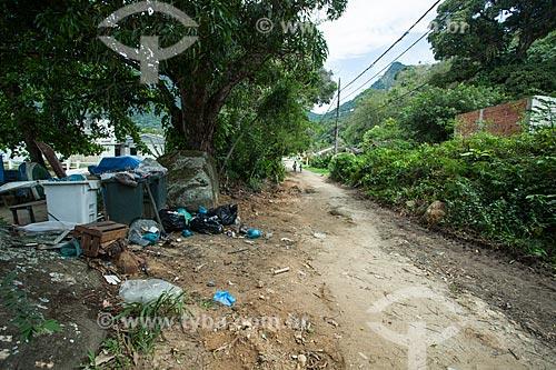 Estrada de terra e lixo - Vila do Abraão  - Angra dos Reis - Rio de Janeiro (RJ) - Brasil