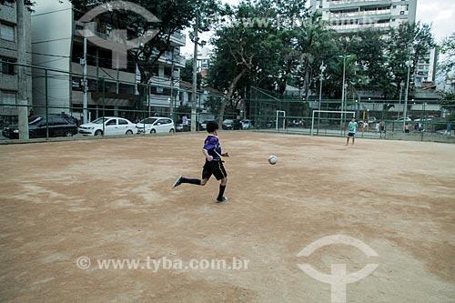Crianças jogando futebol na Praça Nobel  - Rio de Janeiro - Rio de Janeiro (RJ) - Brasil
