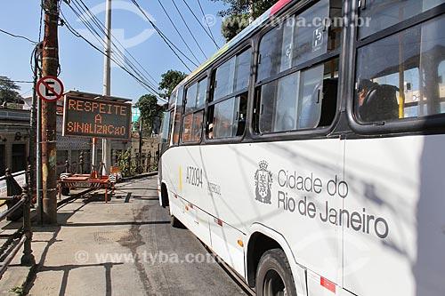 Painel de mensagens variáveis em desvio próximo ao canteiro de obras da reforma do Bonde de Santa Teresa  - Rio de Janeiro - Rio de Janeiro (RJ) - Brasil