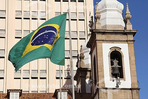 Detalhe da Bandeira do Brasil hasteada em frente à Igreja de São José (1816)  - Rio de Janeiro - Rio de Janeiro (RJ) - Brasil