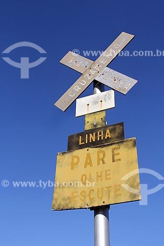 Placa de sinalização ferroviária no campus da Universidade Federal de Viçosa  - Viçosa - Minas Gerais (MG) - Brasil
