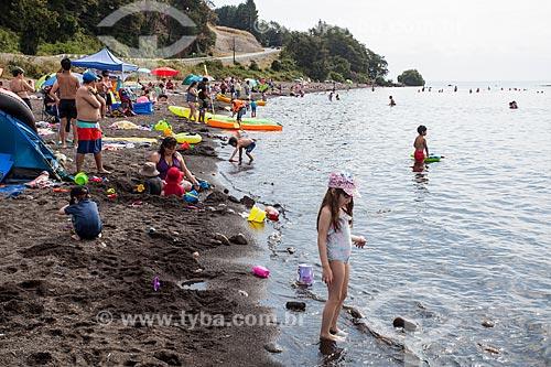 Banhistas na orla do Lago de Llanquihue  - Puerto Varas - Província de Llanquihue - Chile