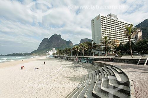 Praia de São Conrado com o Royal Tulip Rio de Janeiro Hotel (1972) e a Pedra da Gávea ao fundo  - Rio de Janeiro - Rio de Janeiro (RJ) - Brasil