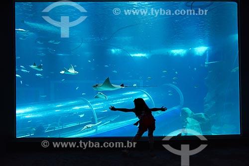 Visitantes no interior do AquaRio - aquário marinho da cidade do Rio de Janeiro  - Rio de Janeiro - Brasil