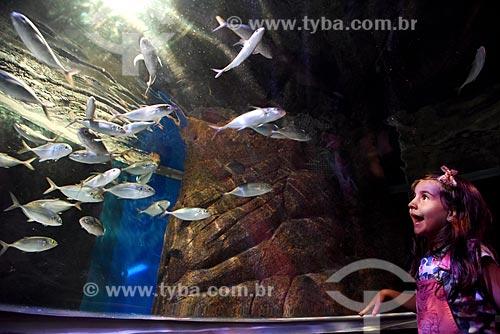 Menina no interior do AquaRio - aquário marinho da cidade do Rio de Janeiro  - Rio de Janeiro - Brasil