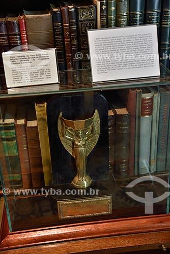 Cópia reduzida da Taça Jules Rimet feita por ocasião da Copa do Mundo de 1950 e oferecida ao Presidente JK - Biblioteca - interior do Memorial JK (1981)  - Brasília - Distrito Federal (DF) - Brasil