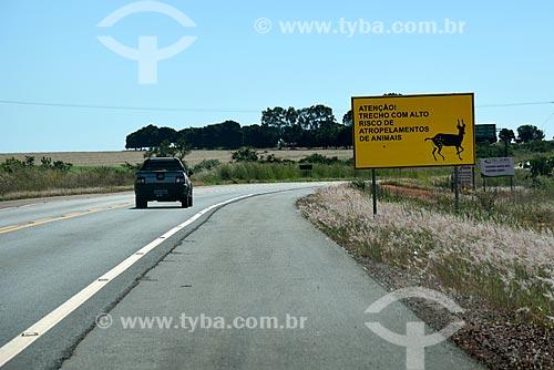 Carro trafegando na Rodovia GO-118 com placa de sinalização chamando atenção para trecho com alto risco de atropelamentos de animais silvestres  - Planaltina - Goiás (GO) - Brasil