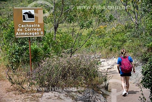 Turista na trilha que leva para à Cachoeira Almécegas II no Parque Nacional da Chapada dos Veadeiros  - Alto Paraíso de Goiás - Goiás (GO) - Brasil