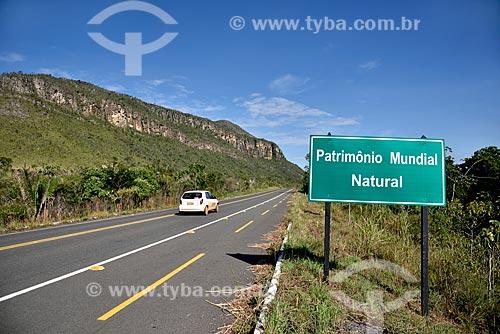 Morro do Buracão e Rodovia GO-239 com placa de sinalização de Patrimônio Mundial Natural - Parque Nacional da Chapada dos Veadeiros  - Alto Paraíso de Goiás - Goiás (GO) - Brasil