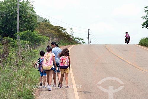 Alunos voltando da escola no acostamento da Rodovia PA-279  - Tucumã - Pará (PA) - Brasil