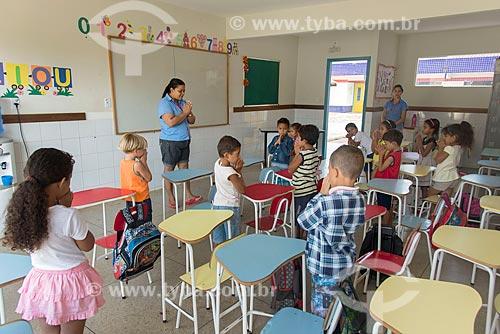Professora e alunos rezando na Creche Municipal da cidade de Tucumã  - Tucumã - Pará (PA) - Brasil