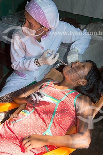 Dentista da Secretaria Especial de Saúde Indígena (SESAI) atendendo índia Kayapó na Tribo Moikarakô - Terra Indígena Kayapó  - São Félix do Xingu - Pará (PA) - Brasil