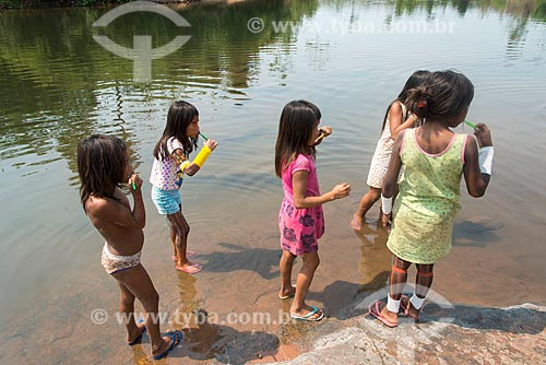 Crianças da Tribo Moikarakô - Terra Indígena Kayapó - escovando os dentes durante orientação sobre higiene bucal  - São Félix do Xingu - Pará (PA) - Brasil