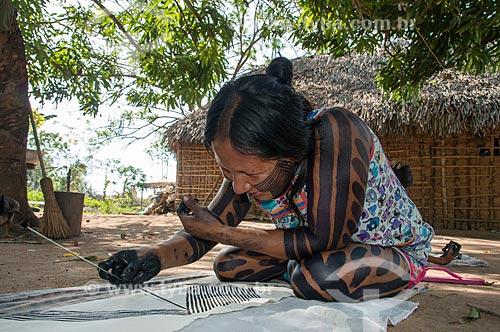 Índigena fazendo artesanato na Aldeia Moikarakô - Terra Indígena Kayapó  - São Félix do Xingu - Pará (PA) - Brasil