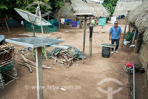 Painéis solares fotovoltaico e antena parabólica na Aldeia Moikarakô - Terra Indígena Kayapó  - São Félix do Xingu - Pará (PA) - Brasil