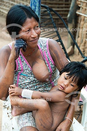 Índia amamentando amamentando na Aldeia Moikarakô - Terra Indígena Kayapó  - São Félix do Xingu - Pará (PA) - Brasil