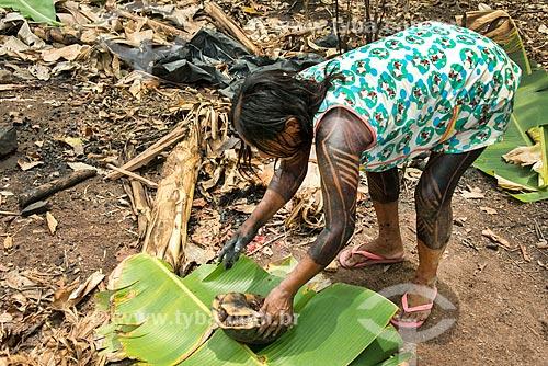 Índia preparando jabuti-piranga (Chelonoidis carbonaria) para assar na Aldeia Moikarakô - Terra Indígena Kayapó  - São Félix do Xingu - Pará (PA) - Brasil