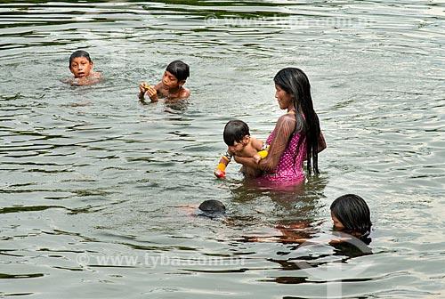 Mãe dando banho em bebê com crianças no Rio Riozinho - Aldeia Moikarakô - Terra Indígena Kayapó  - São Félix do Xingu - Pará (PA) - Brasil