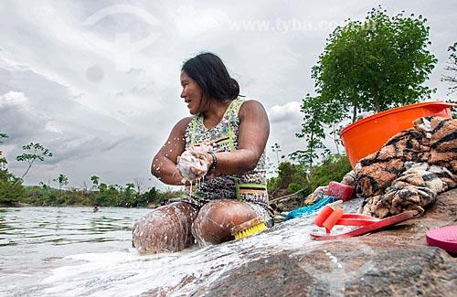 Índia lavando roupas no Rio Riozinho na Aldeia Moikarakô - Terra Indígena Kayapó  - São Félix do Xingu - Pará (PA) - Brasil