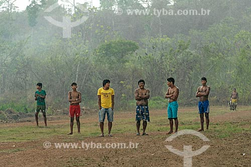 Índios na pista de pouso da Aldeia Moikarakô - Terra Indígena Kayapó  - São Félix do Xingu - Pará (PA) - Brasil